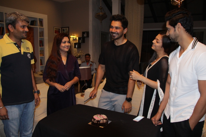 Drashti Dhami, Shakti Arora, Prachi Thakkar welcoming Abhinav Shukla on the sets of COLORS Badalte Rishton Ka.JPG