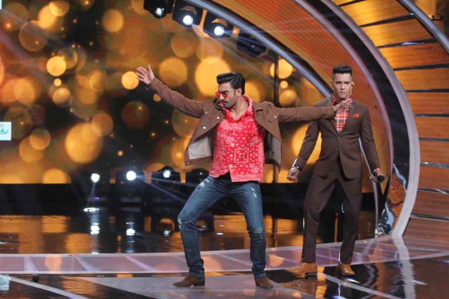 Ranveer Singh shaking a  leg on the sets of Sa Re Ga Ma Pa.JPG